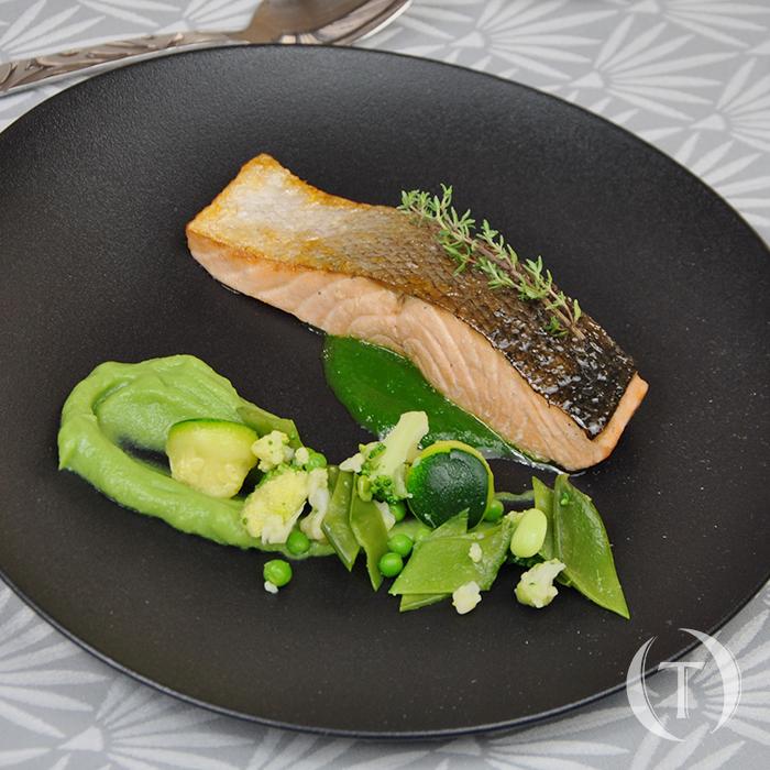 Filet de saumon sur peau, petits légumes vert pré